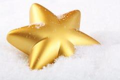 Étoile de Noël sur la neige Photos libres de droits