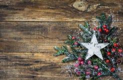 Étoile de Noël sur les branches d'arbre de sapin et la décoration rouge de baies Photographie stock