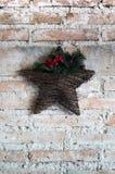 Étoile de Noël sur un mur de briques Images stock
