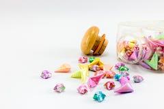 Étoile de papier colorée dans la bouteille de coeur sur le fond blanc Photographie stock libre de droits