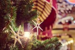 Étoile en bois dans la lumière brillante en tant que décoration de MAS de ` de x Photo stock