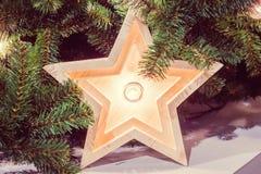 Étoile en bois dans la lumière brillante en tant que décoration de MAS de ` de x Images stock
