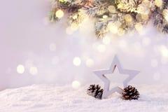Étoile en bois sur la neige images libres de droits