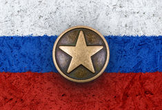 Étoile en bronze sur le drapeau russe à l'arrière-plan Images libres de droits