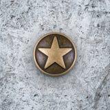 Étoile en bronze sur le fond de ciment Images libres de droits