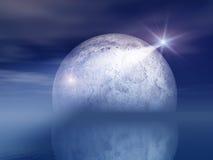 Étoile et lune de nuit au-dessus de mer Photos libres de droits