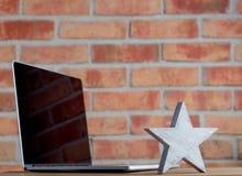 Étoile et ordinateur portable en bois de chef Photographie stock