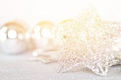 Étoile et ornements argentés brillants sur le bokeh abstrait lumineux de fond Image libre de droits