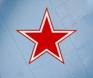 étoile rouge Cinq-aiguë sur la peau d'aile d'un combattant militaire Image stock