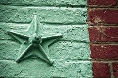 Étoile sur le mur de briques images libres de droits
