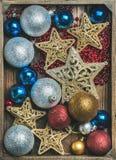 Étoiles éclatantes de jouet d'arbre de Noël, boules colorées et guirlande Images libres de droits