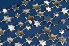 Étoiles argentées au-dessus de bleu Photos stock