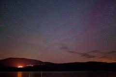 Étoiles au-dessus d'un lac de montagne photographie stock