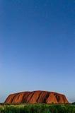Étoiles au-dessus de l'Uluru photographie stock libre de droits