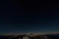 Étoiles au-dessus des arêtes neigeuses de montagne d'automne image libre de droits