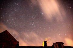 Étoiles au-dessus des dessus de toit Photographie stock libre de droits