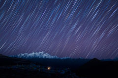 Étoiles au-dessus des montagnes  Photo stock