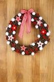 Étoiles blanches rouges décorées et Gingha de tissu de guirlande de porte de Noël Photographie stock