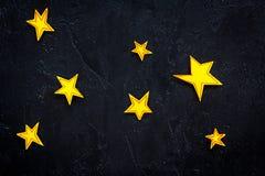 Étoiles bleues multiples Étoiles tirées sur l'espace noir de vue supérieure de fond pour le texte Photos stock