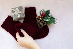 Étoiles, boîte-cadeau, branche d'arbre de Noël et décorations d'or sur le fond texturisé rose-clair photographie stock libre de droits