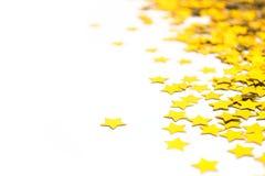 Étoiles déjouées d'or Frontière dispersée d'étoiles Texture déjouée naturelle Confettis d'or Photographie stock