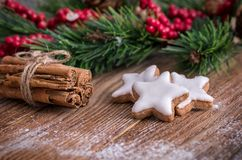 Étoiles de cannelle de Noël et bâtons de cannelle Image libre de droits