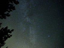 Étoiles de ciel nocturne et manière laiteuse observant photos stock