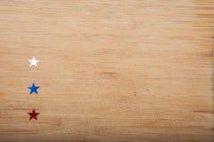 Étoiles de confettis sur le fond en bois 4 juillet, le Jour de la Déclaration d'Indépendance, la carte, invitation aux Etats-Unis Image stock