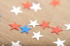 Étoiles de confettis sur le fond en bois 4 juillet, le Jour de la Déclaration d'Indépendance, la carte, invitation aux Etats-Unis Photographie stock
