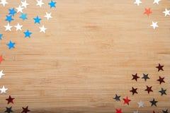 Étoiles de confettis sur le fond en bois 4 juillet, le Jour de la Déclaration d'Indépendance, la carte, invitation aux Etats-Unis Photographie stock libre de droits