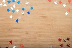 Étoiles de confettis sur le fond en bois 4 juillet, le Jour de la Déclaration d'Indépendance, la carte, invitation aux Etats-Unis Images stock