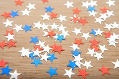 Étoiles de confettis sur le fond en bois 4 juillet, le Jour de la Déclaration d'Indépendance, la carte, invitation aux Etats-Unis Photo stock