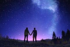 Étoiles de manière dans le paysage de montagne Photos libres de droits