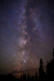 Étoiles de manière laiteuse et lumières du nord la nuit Photo libre de droits