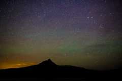 Étoiles de manière laiteuse et lumières du nord la nuit Images libres de droits
