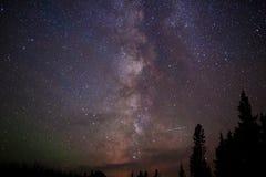 Étoiles de manière laiteuse et lumières du nord la nuit Photographie stock libre de droits