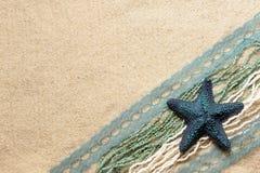Étoiles de mer bleues sur le sable Photographie stock libre de droits