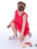 Étoiles de mer dans les mains d'une petite fille. Photos libres de droits
