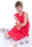 Étoiles de mer dans les mains d'une petite fille. Image stock