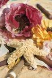 Étoiles de mer et fleurs Photographie stock libre de droits