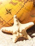 Étoiles de mer et le globe Photos libres de droits