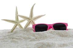 Étoiles de mer et lunettes de soleil sur le sable Photos stock