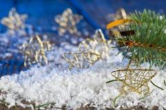 Étoiles de Noël dans la neige Photo stock