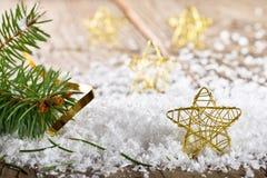 Étoiles de Noël dans la neige Image stock