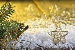 Étoiles de Noël dans la neige Photos stock