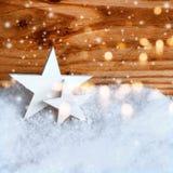 Étoiles de Noël dans la neige Photographie stock libre de droits