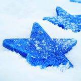 Étoiles de Noël sur la neige Photos stock