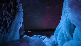 Étoiles de Timelapse avec la lumière du nord