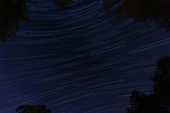 Étoiles emballant par la nuit Images stock