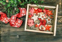 Étoiles en bois de décorations de Noël et rubans rouges Photo libre de droits
